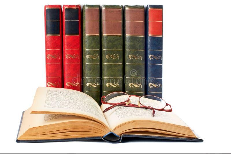Vetri e libro aperto immagine stock libera da diritti