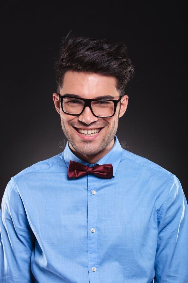 Vetri e vestito d'uso di sguardo felici del tipo mentre sorridendo fotografie stock