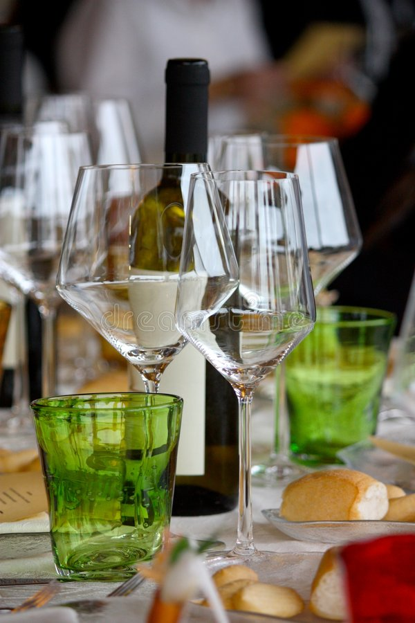 Download Vetri e vino fotografia stock. Immagine di vetri, verde - 7312394