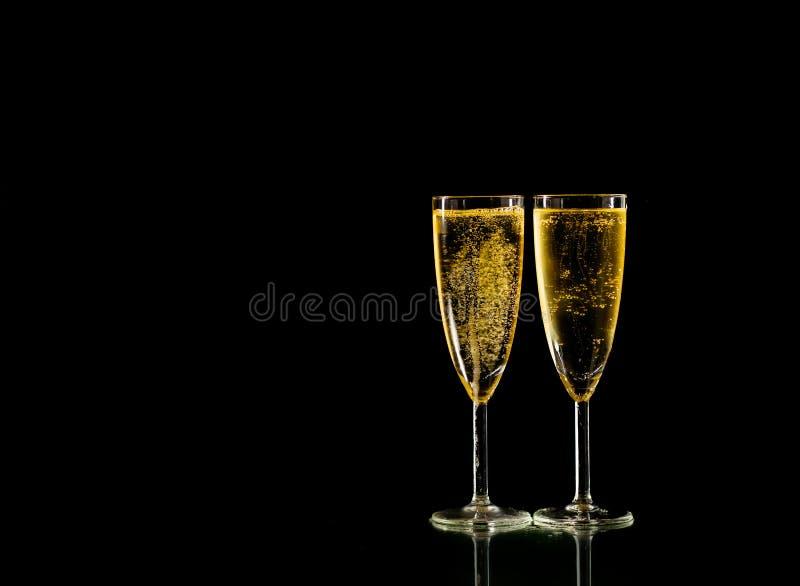 Vetri eleganti riempiti di Champagne che tosta per la celebrazione romantica del nuovo anno ed i momenti speciali fotografia stock