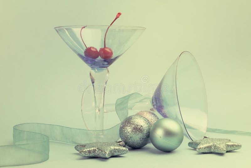 Vetri festivi di cocktai di martini del blu di spirito immagini stock libere da diritti