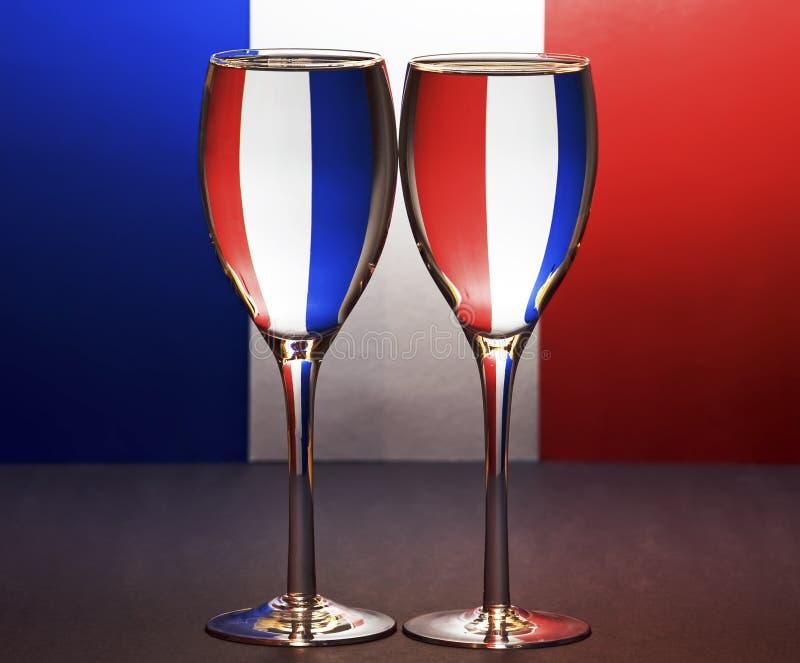 Vetri francesi di vino e della bandierina fotografia stock
