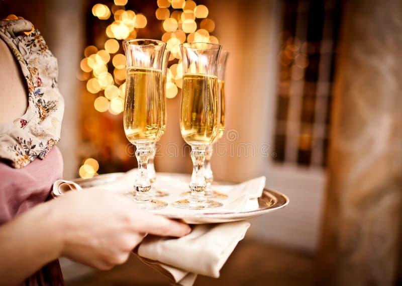 Vetri pieni di champagne sul cassetto immagini stock