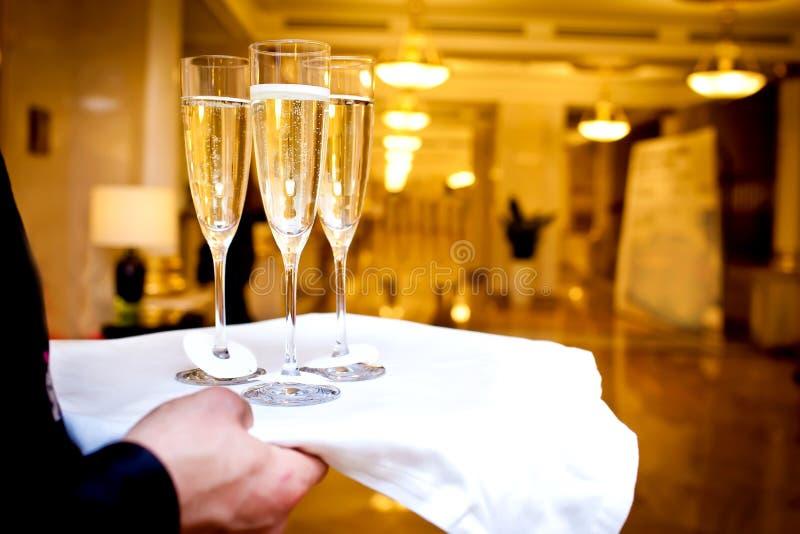 Vetri pieni di champagne sul cassetto immagine stock libera da diritti