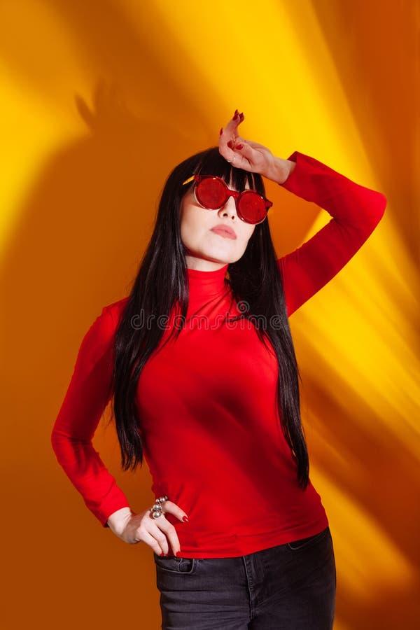 Vetri rossi del fondo giallo arancione tropicale della giovane donna dell'ombra della luce del sole del cappello della ragazza fotografie stock libere da diritti