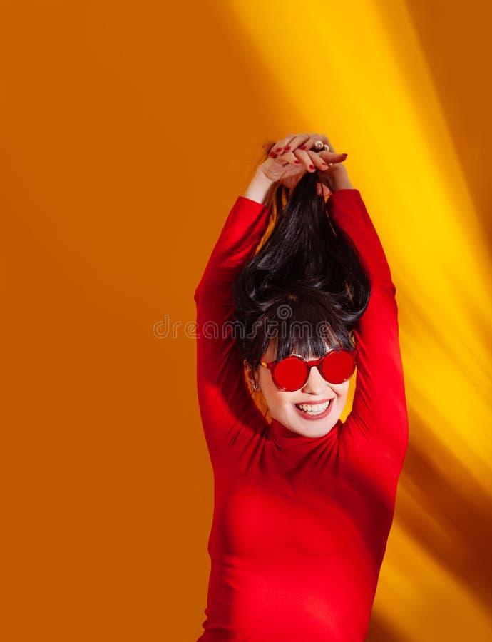 Vetri rossi del fondo giallo arancione tropicale della giovane donna dell'ombra della luce del sole del cappello della ragazza fotografia stock libera da diritti
