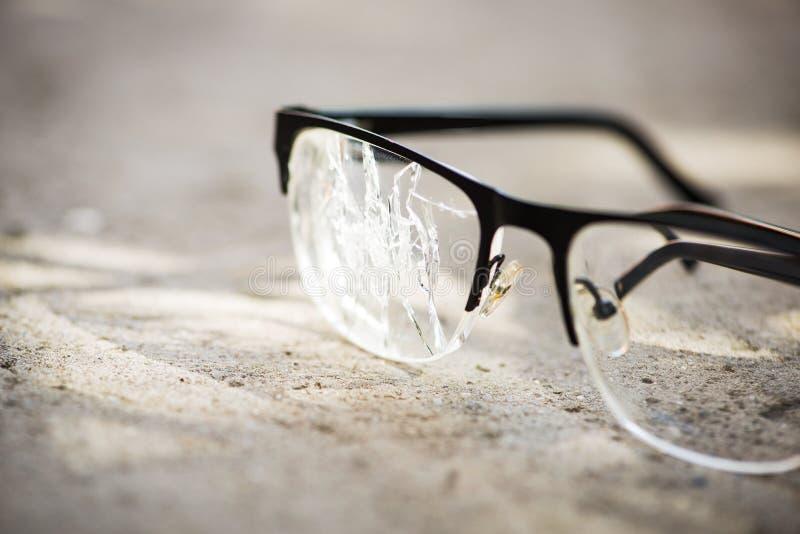 vetri rotti sull'asfalto fotografie stock libere da diritti