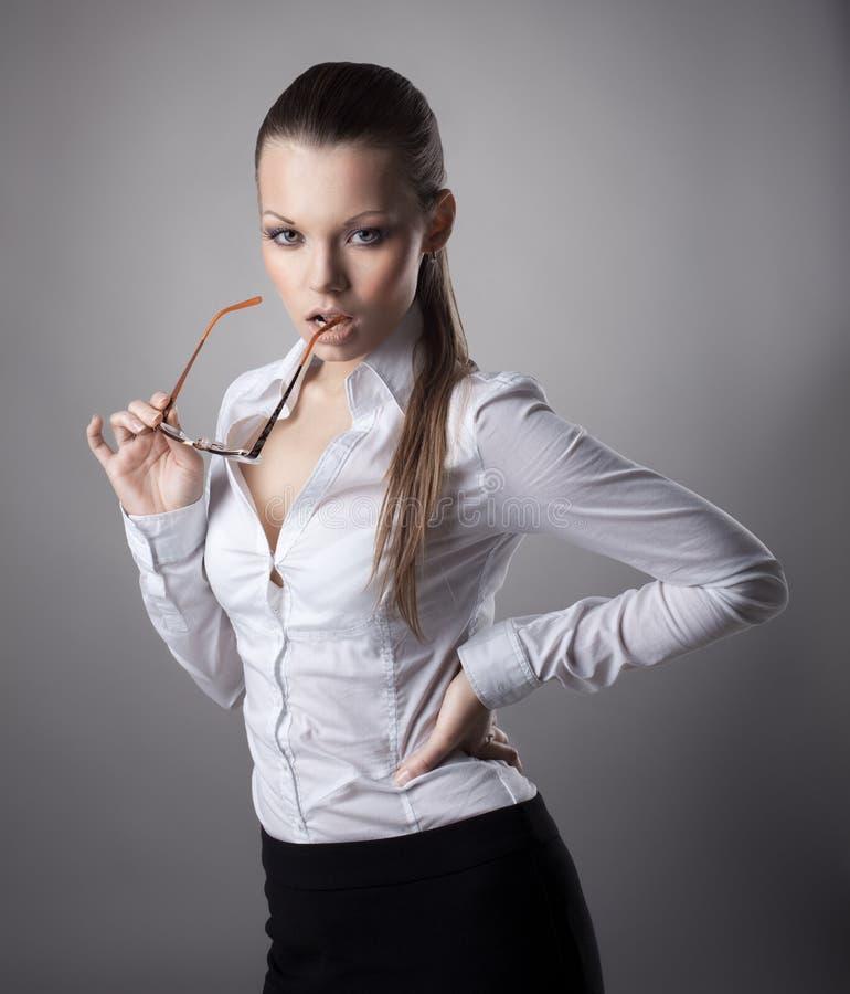 Vetri sexy dell'introito della donna di affari fuori fotografia stock