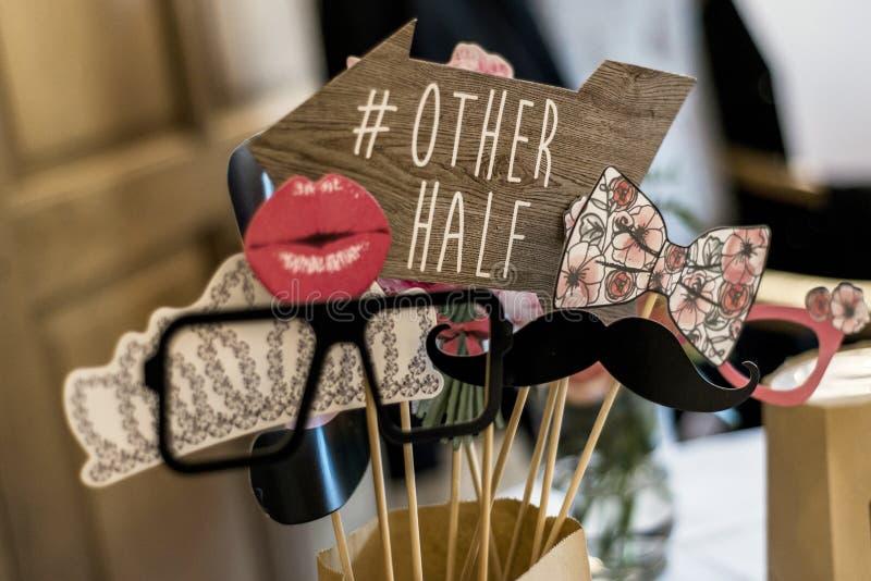 Vetri stabiliti del retro partito, cappelli, labbra, baffi, immagini divertenti di nozze del partito della cabina della foto di p fotografia stock