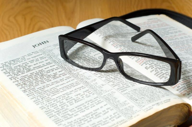 Vetri su una bibbia fotografia stock libera da diritti