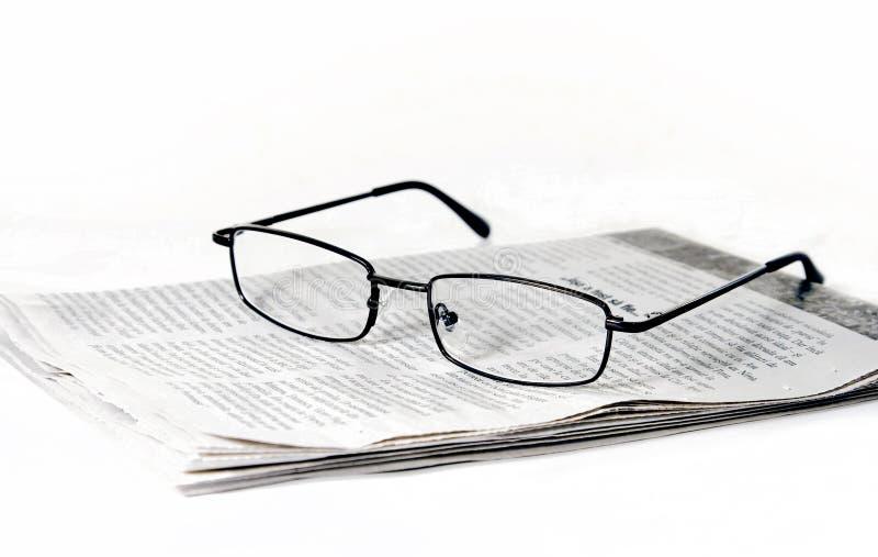 Vetri sul giornale piegato fotografie stock libere da diritti