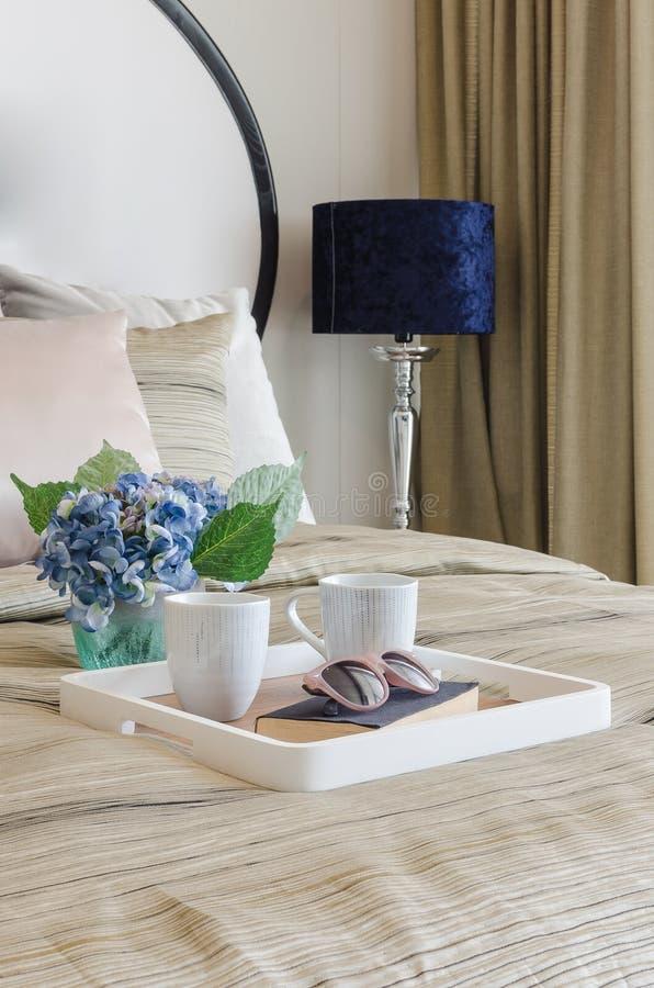 Download Vetri Sul Libro Nero Con La Tazza Di Caffè In Vassoio Di Legno Immagine Stock - Immagine di domestico, assestamento: 55363365