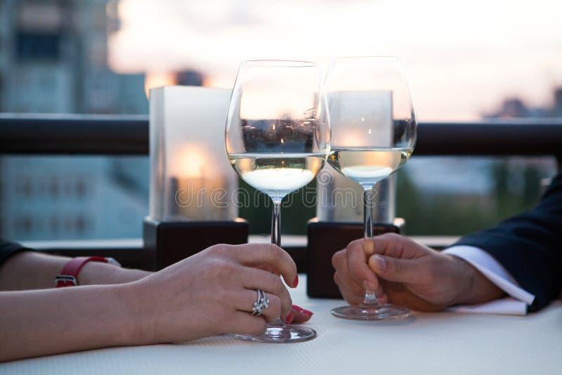 Vetri tintinnanti con vino bianco e la tostatura fotografia stock