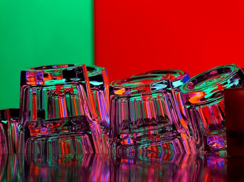 Vetri vuoti della barra sul fondo di colore immagini stock libere da diritti