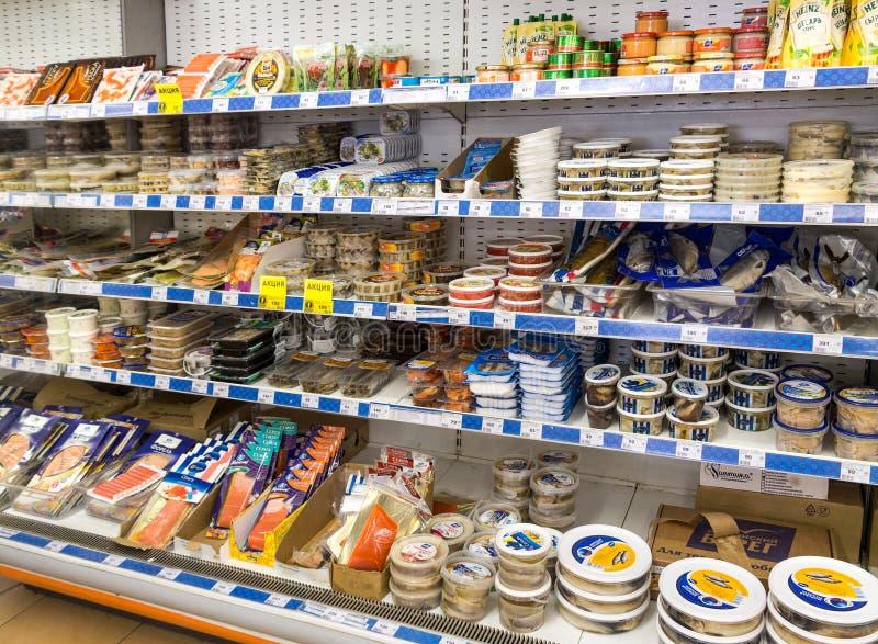 Vetrina con i prodotti a base di pesce fotografia stock libera da diritti