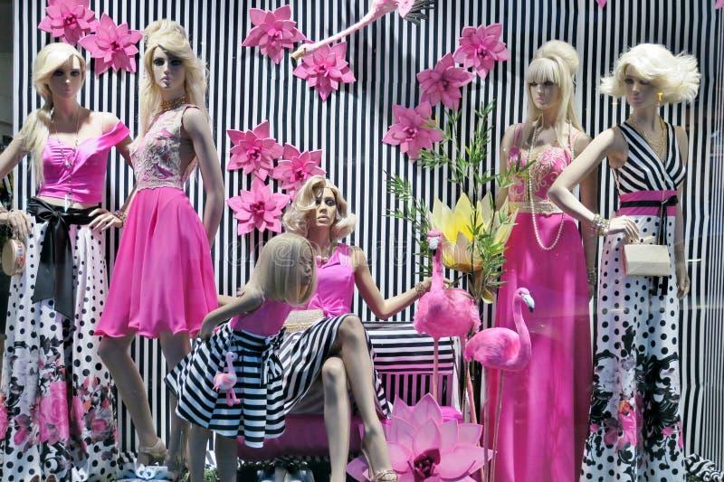 Vetrina con i vestiti alla moda del rosa e dei colori in bianco e nero fotografie stock