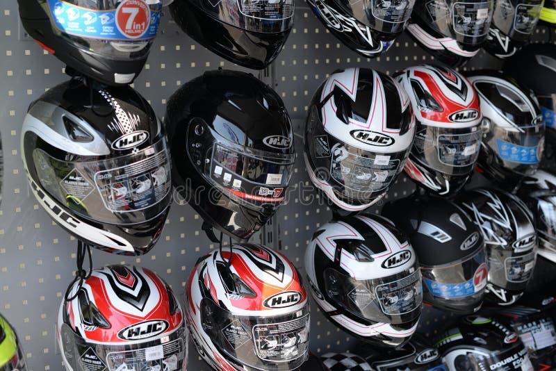 Vetrina del negozio con un gruppo di caschi del motociclo immagine stock
