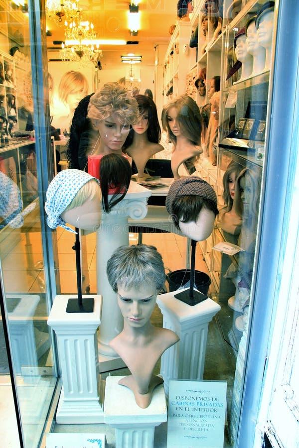 Vetrina in deposito con le parrucche per i drag queen immagine stock libera da diritti