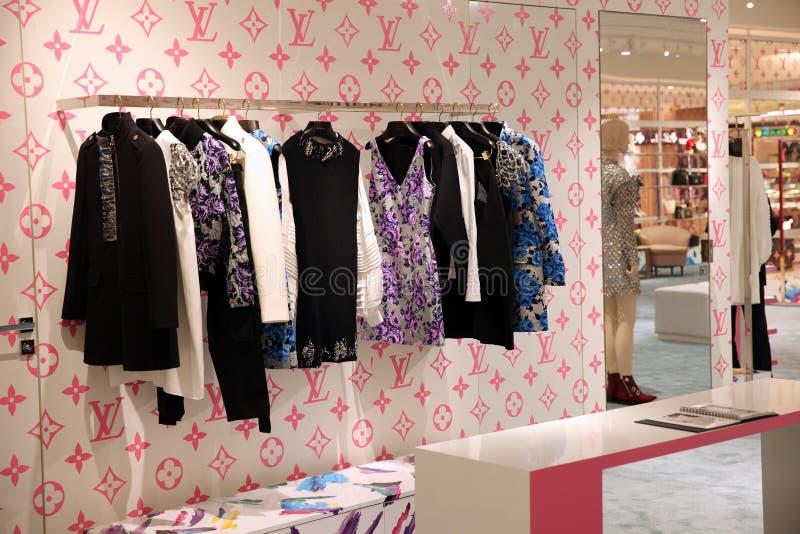 Vetrina elegante dell'abbigliamento di Louis Vuitton, una nuova collezione nel negozio aziendale mosca 28 02 2019 fotografia stock