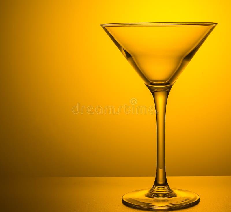 Vetro bevente di martini su fondo colorato fotografia stock libera da diritti