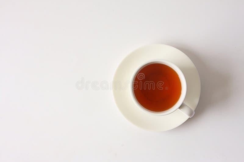 Vetro bianco del tè su fondo bianco immagine stock