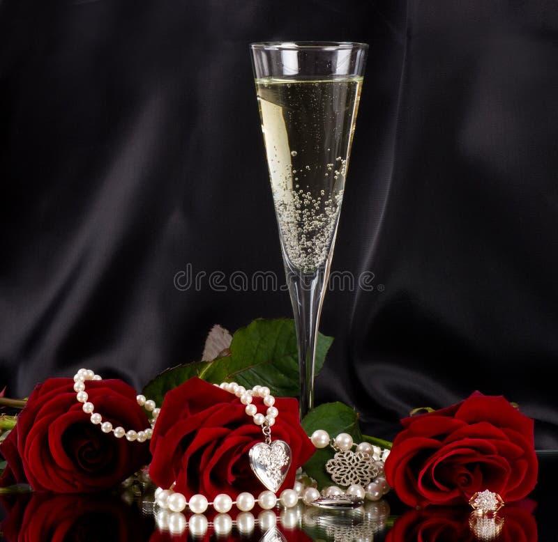 Vetro bianco della vite con le rose rosse fotografia stock libera da diritti
