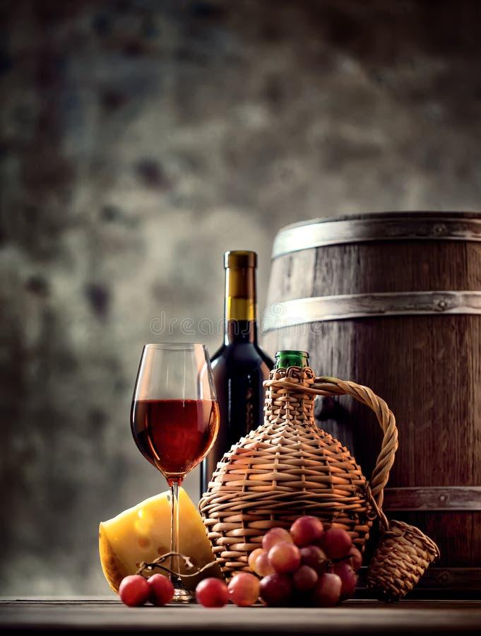 Vetro E Caraffa Del Vino Rosso Sul Vecchio Barilotto Di
