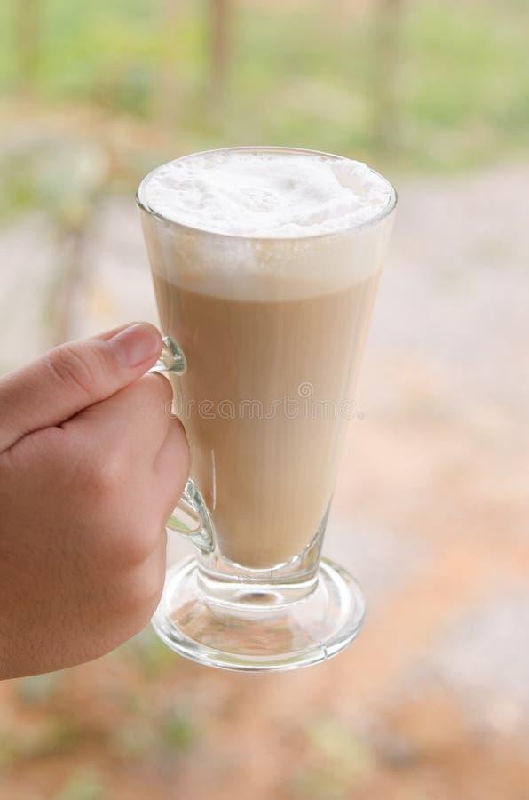 Vetro caldo della mano di caffè fotografie stock libere da diritti