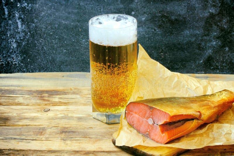 Vetro con birra, salmone affumicato fotografia stock libera da diritti
