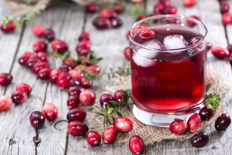 Vetro con il succo di mirtillo rosso immagine stock