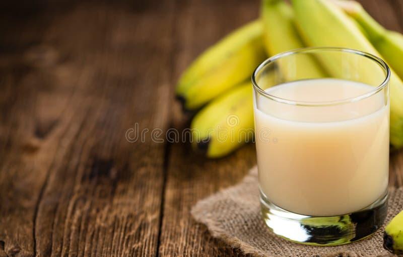 Vetro con il succo fatto fresco della banana fotografia stock libera da diritti