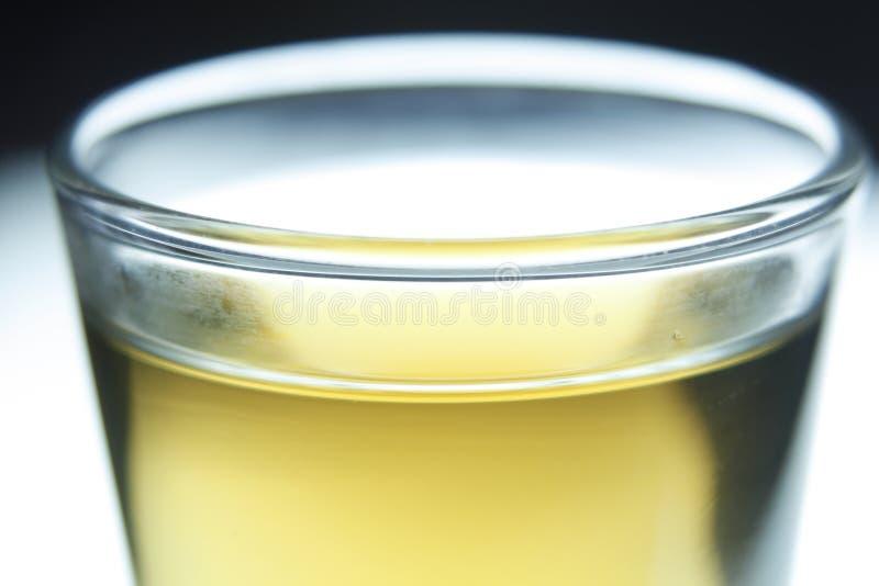 Vetro con la bevanda gialla fotografia stock