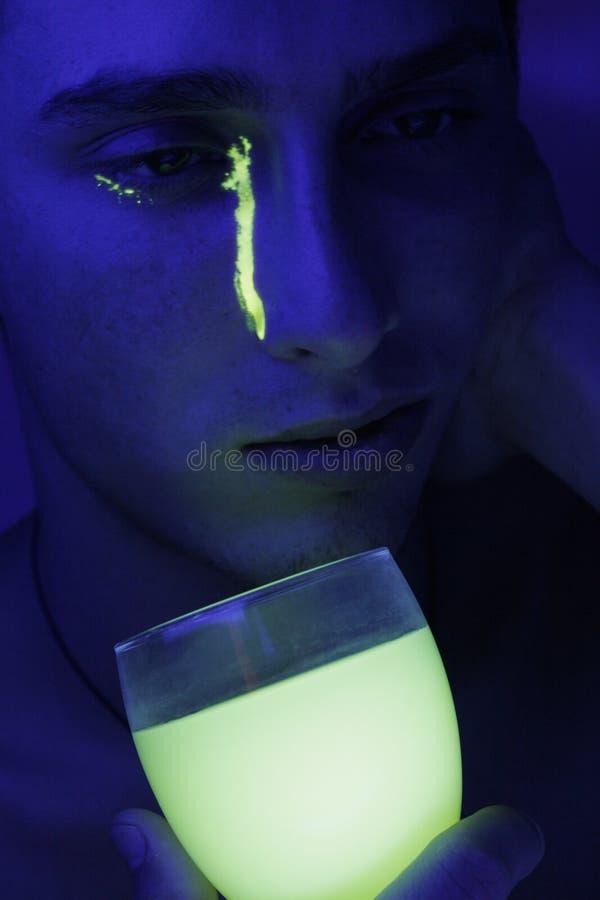 vetro con liquido fluorescente fotografia stock libera da diritti