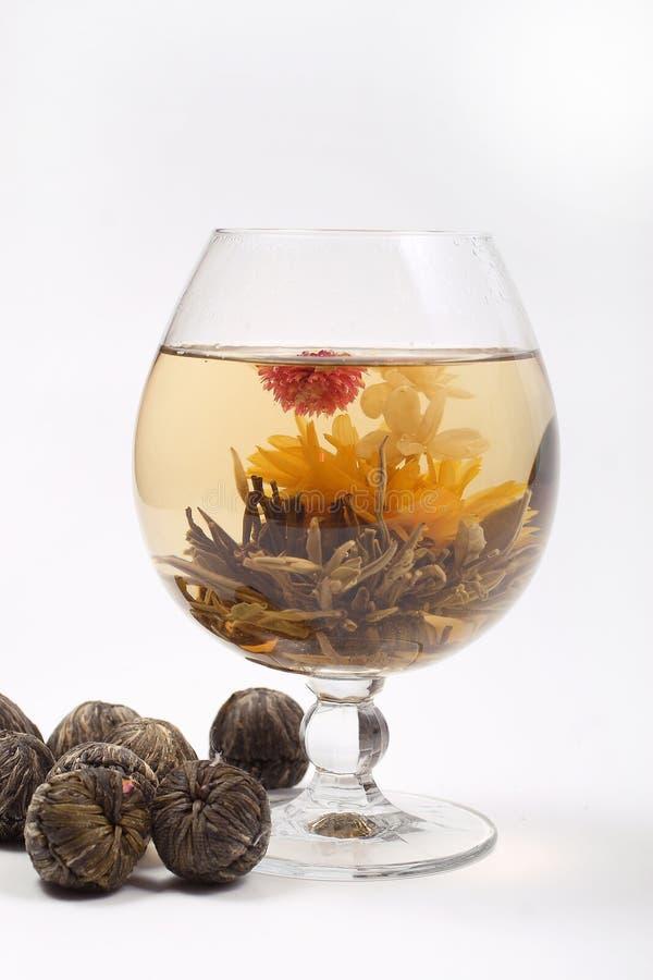 Vetro con un tè verde del fiore immagine stock libera da diritti