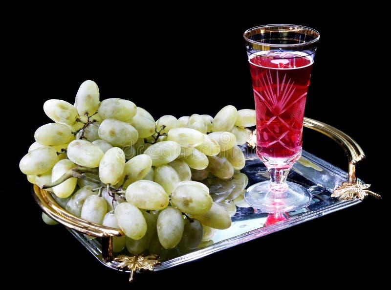 Vetro con vino e l'uva fotografia stock