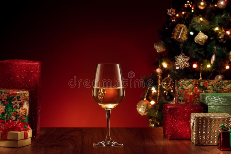 Vetro con vino spumante bianco sulla parte posteriore di colore immagini stock libere da diritti