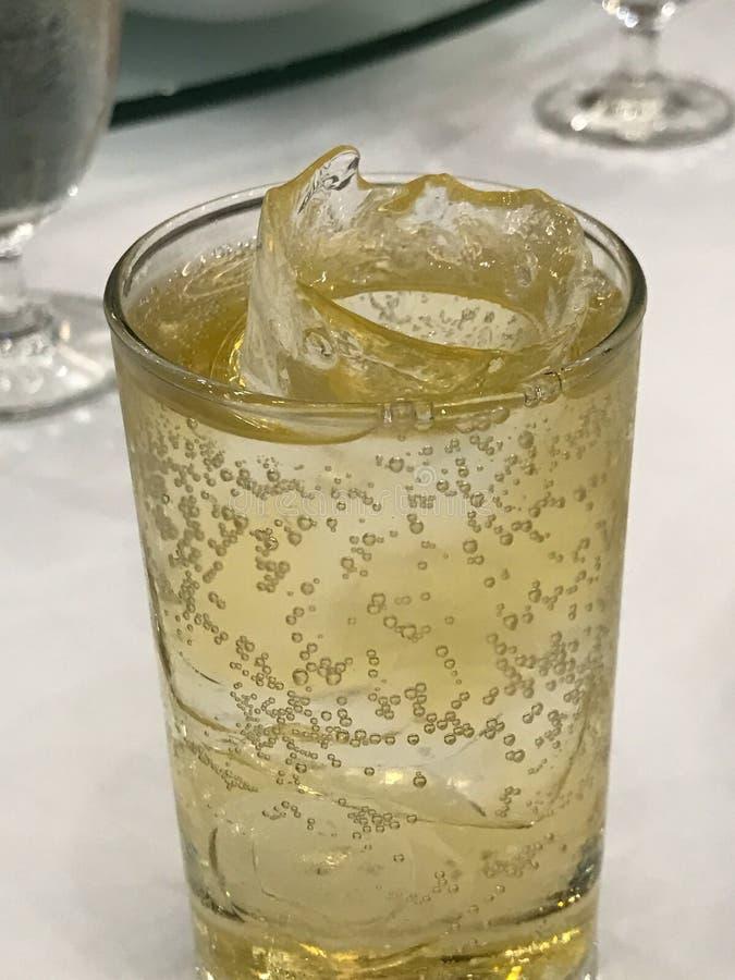 Vetro con whiskey misto con soda immagine stock libera da diritti