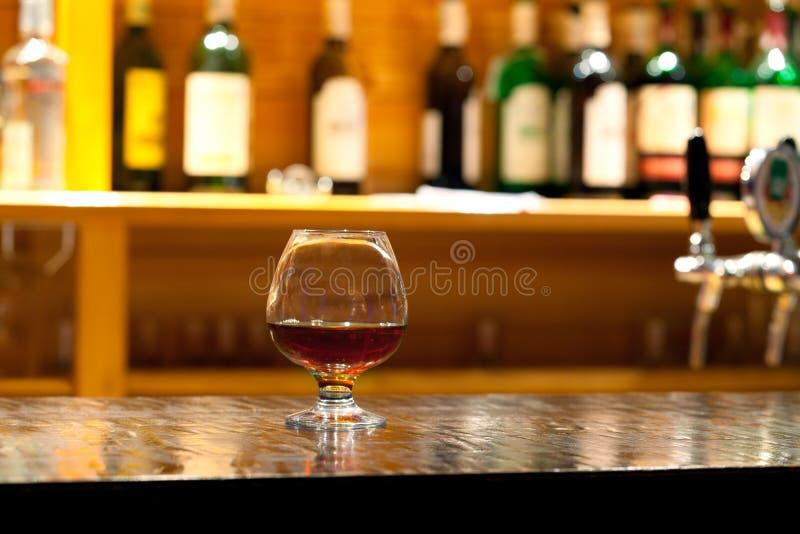 Vetro da whisky e da una bottiglia immagine stock