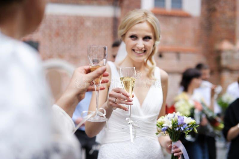 Vetro del champagne della holding della sposa immagini stock