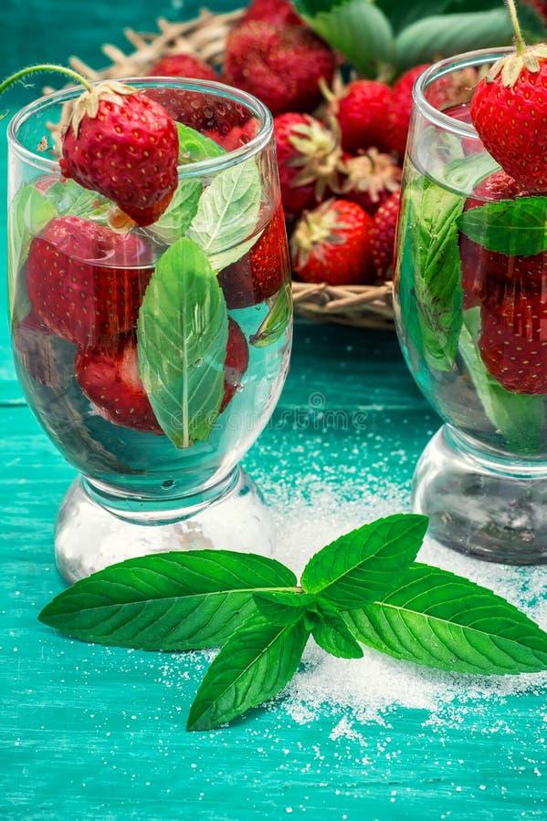Download Vetro Del Cocktail Di Rinfresco Della Fragola Fotografia Stock - Immagine di erba, fuoco: 55364042