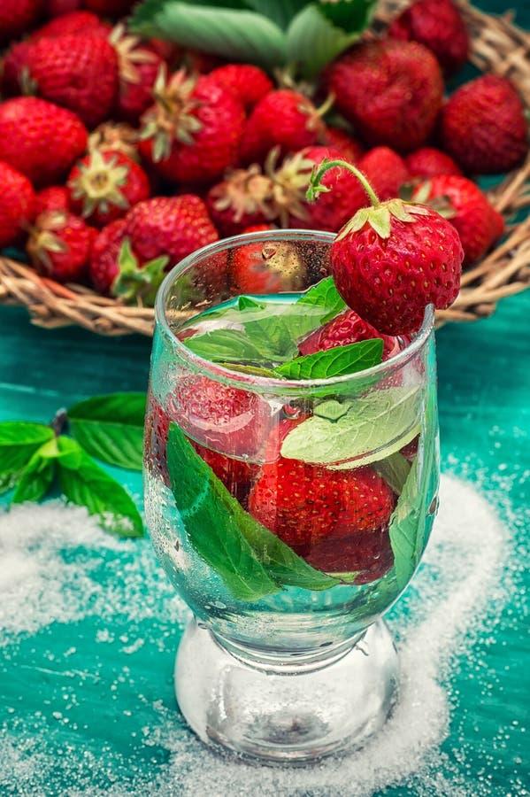 Download Vetro Del Cocktail Di Rinfresco Della Fragola Immagine Stock - Immagine di freddo, gusto: 55364151