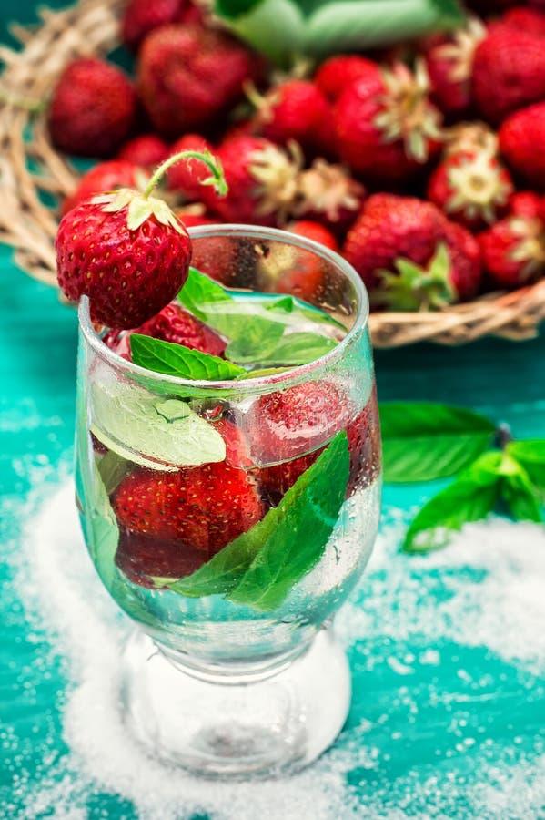Download Vetro Del Cocktail Di Rinfresco Della Fragola Immagine Stock - Immagine di spearmint, navally: 55364515