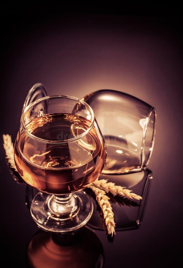 Vetro del cognac sul nero fotografia stock libera da diritti