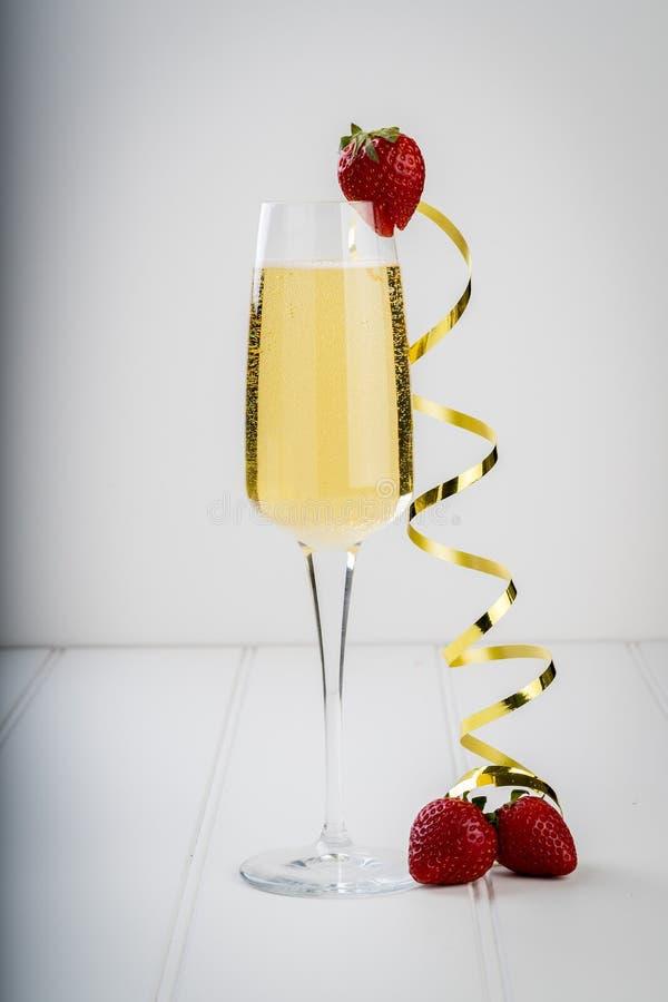 Vetro del contorno d'avanguardia del barista dell'hotel della barra dell'alcool del vino spumante del champagne immagini stock