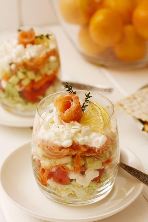 Vetro del dessert con il salmone, la crema e la calce freschi fotografia stock