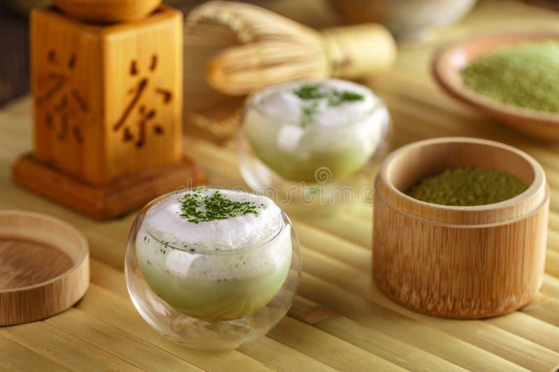Vetro del latte del tè verde di matcha fotografia stock libera da diritti
