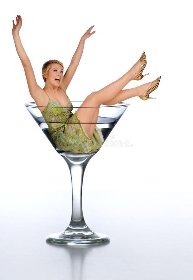Vetro del martini di ina della giovane donna fotografie stock libere da diritti