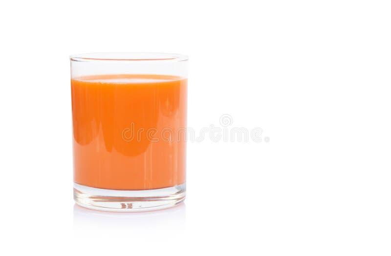 Vetro del primo piano del succo di carota fresco isolato su fondo bianco fotografia stock