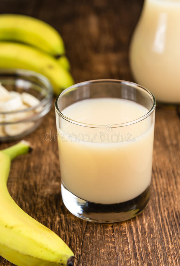 Vetro del succo della banana immagini stock
