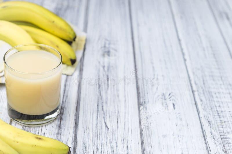 Vetro del succo della banana immagine stock
